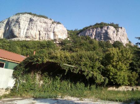 Живописные скальные обрывы окаймляют старый город.