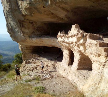 Осмотр пещер у северо-восточного подножия