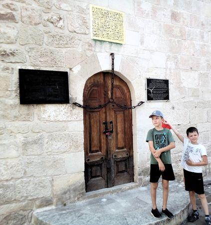 Музейный объект «Зынджырлы медресе», к сожалению был закрыт для осмотра его изнутри. На друзей произвёл впечатление символический вход в этот университет, основанный в 1500 г. ханом Менгли Гераем. Это единственное из многих медресе ханского периода, сохранившееся в Крыму.