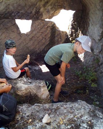 Отдых в одном из пещерных помещений на восточной кромке вершины