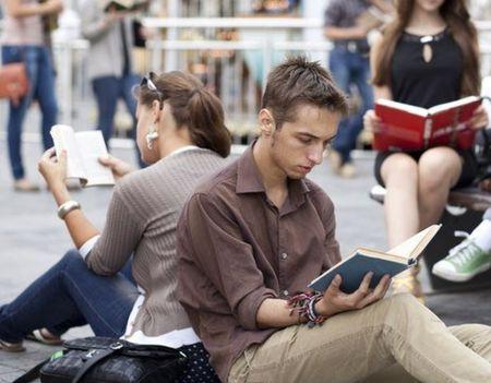Чем больше человек читает…