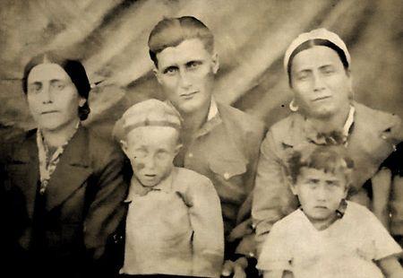 Расимов Джемаледин с сестрами Зебуре, Земине, племянниками Ридваном и Ленмаре, 1946 г.