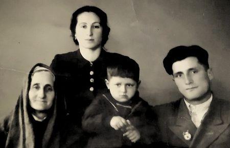 В 1959 г. семья переехала в п. Туя Бугуз Среднечирчикского района Ташкентской обл.